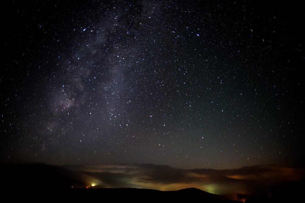 霧ヶ峰で撮った天の川の写真であり時期は7月頃